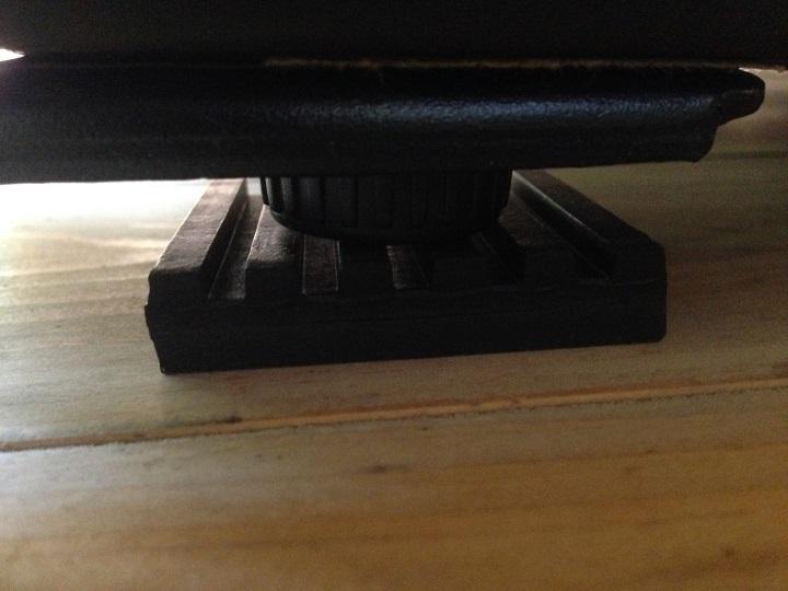 冷蔵庫の脚の下に防振パットを設置