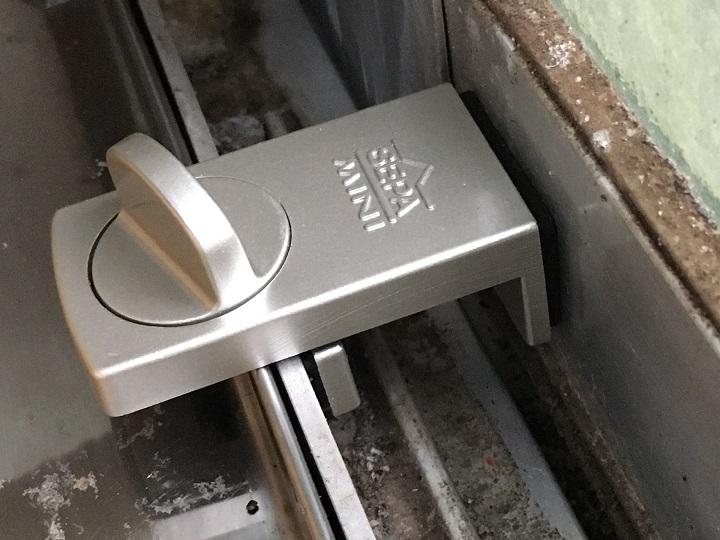 補助錠で窓を固定