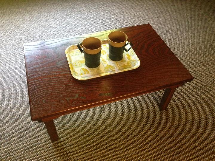 ローテーブルの上にカップ