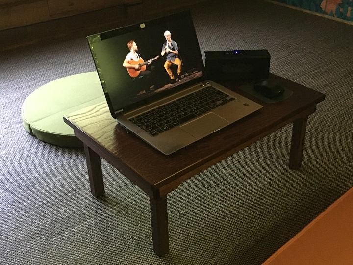 ローテーブルの上にパソコンなど