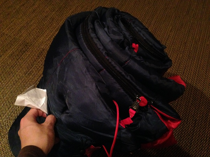 寝袋を外袋から取り出す