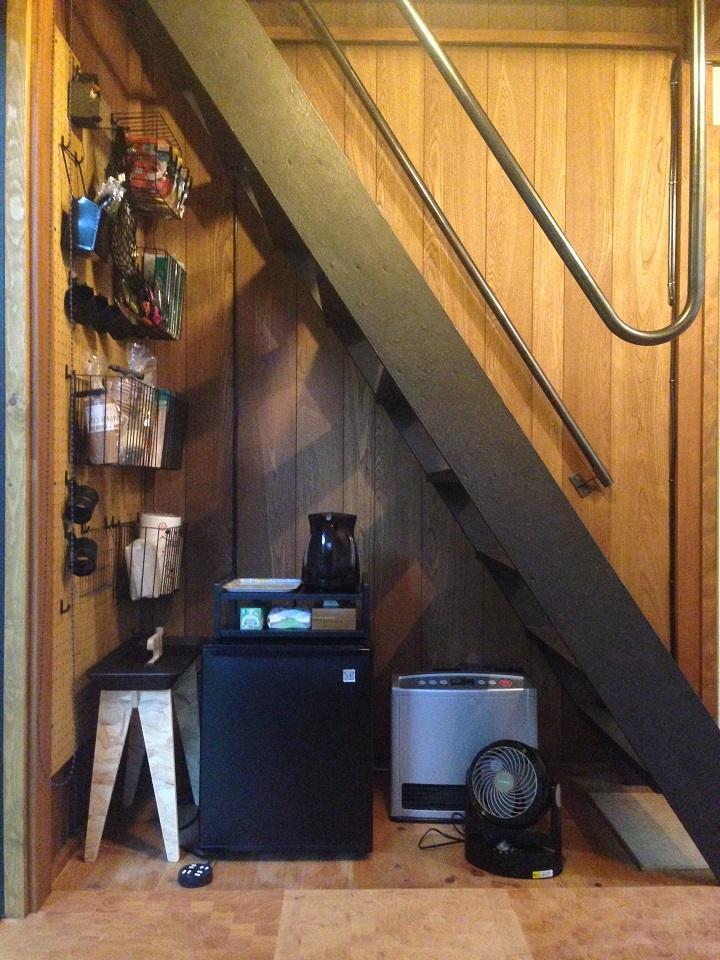 階段下の家電など