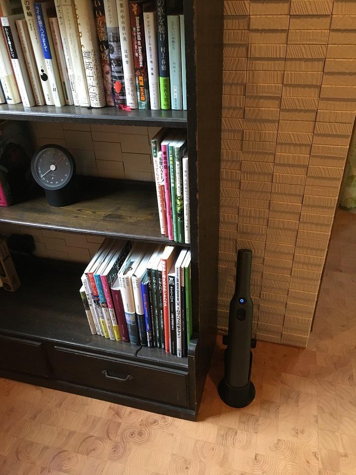 本棚の横にエヴォパワーを設置