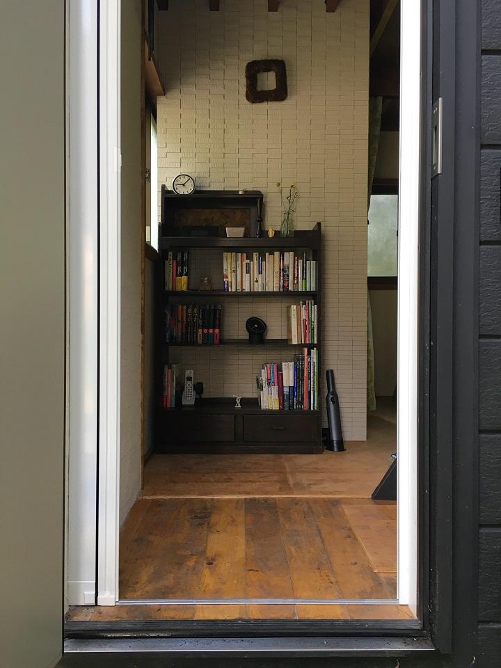 玄関から本棚を臨む