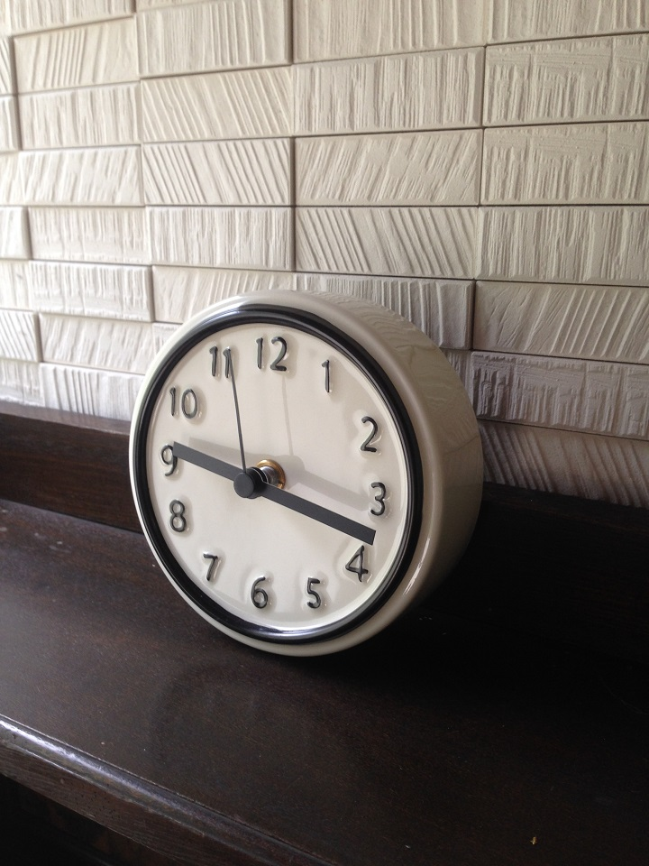 本棚に置いた陶器の時計