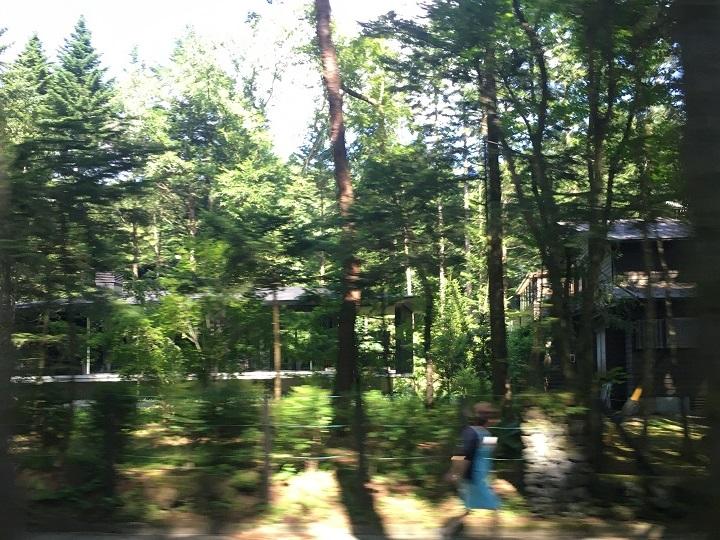 車窓から撮影した旧軽井沢の別荘地