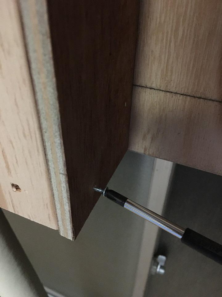 木材をネジで固定