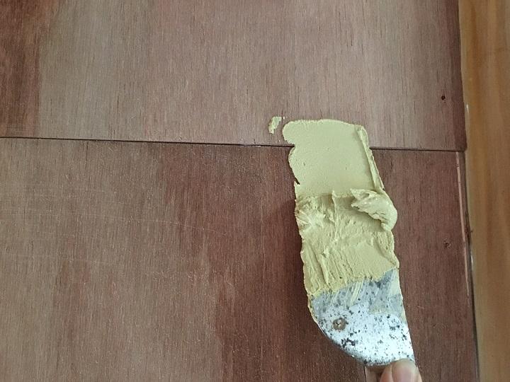 段差にパテを塗る