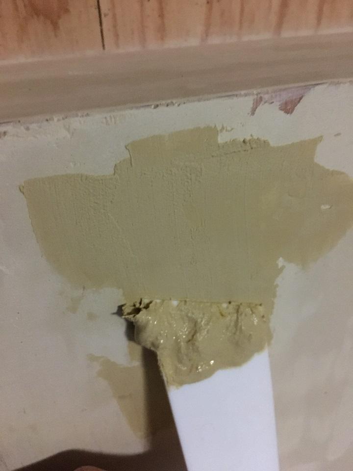 カウンター表面の凹凸にパテを塗る