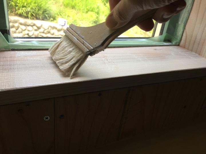 窓枠にプライマーを塗る