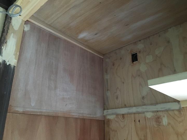プライマー塗装後の壁と天井