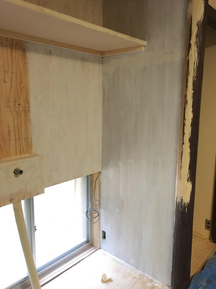 二度目のプライマー塗装を終えた壁