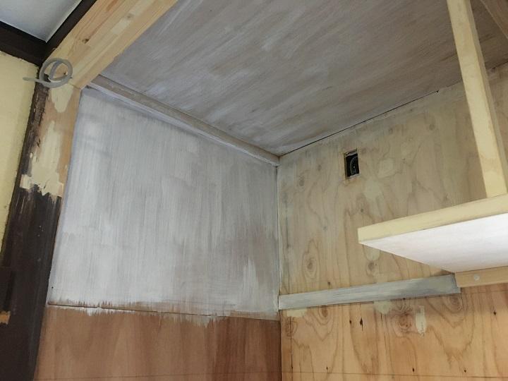 二度目のプライマー塗装を終えた壁と天井