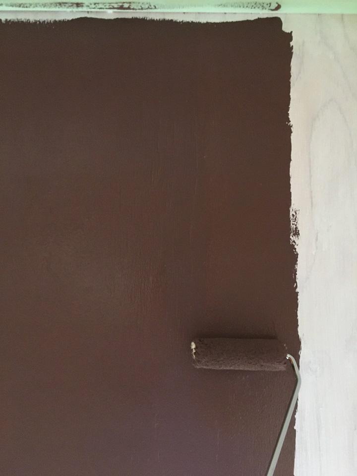 珪藻土ペイントを壁に塗る