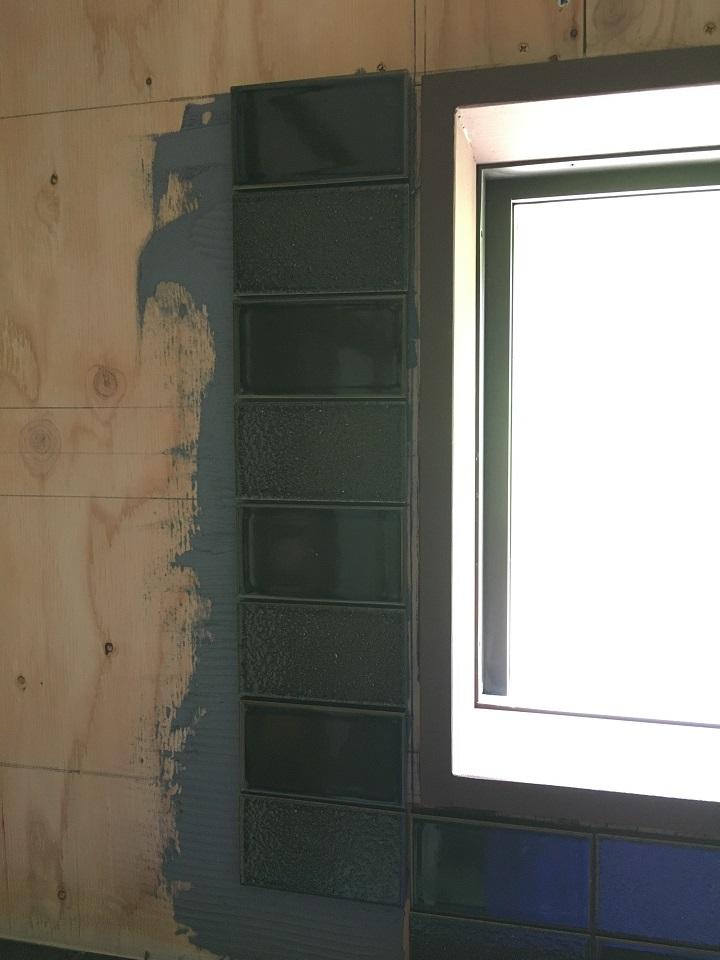 窓の左側にタイルを張る