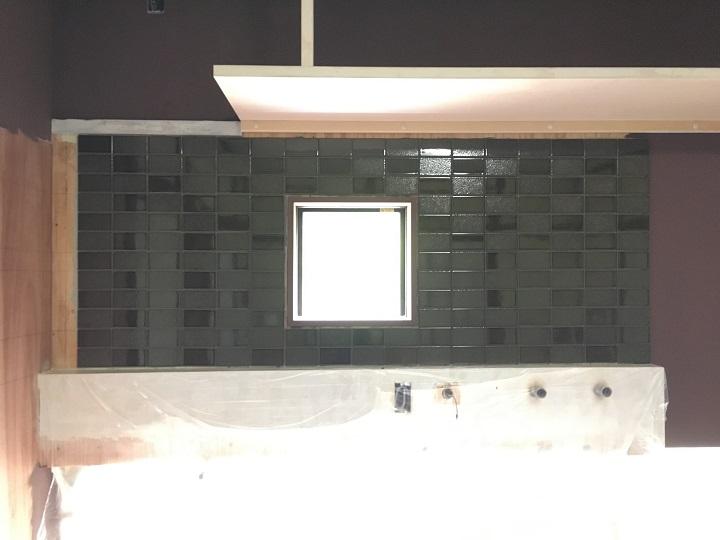 小口平タイルを張り終えた正面の壁