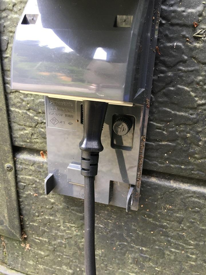 グラインダーの電源プラグをコンセントに挿した