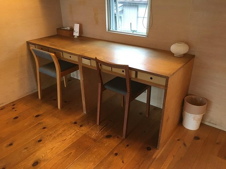 二階のワークテーブルの椅子