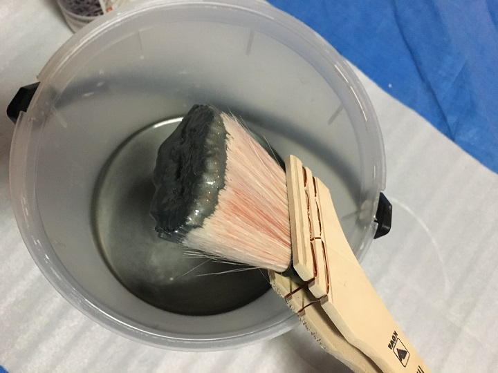 アイアン塗料をつけたハケ