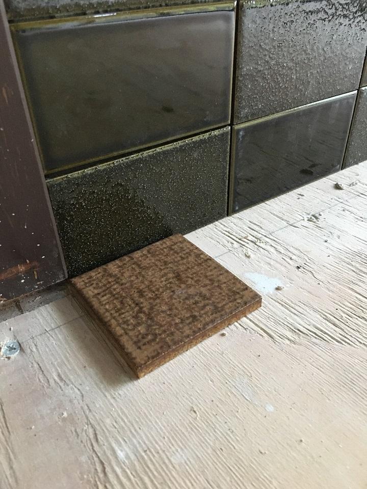 壁タイルの前に置いた古窯70角タイル