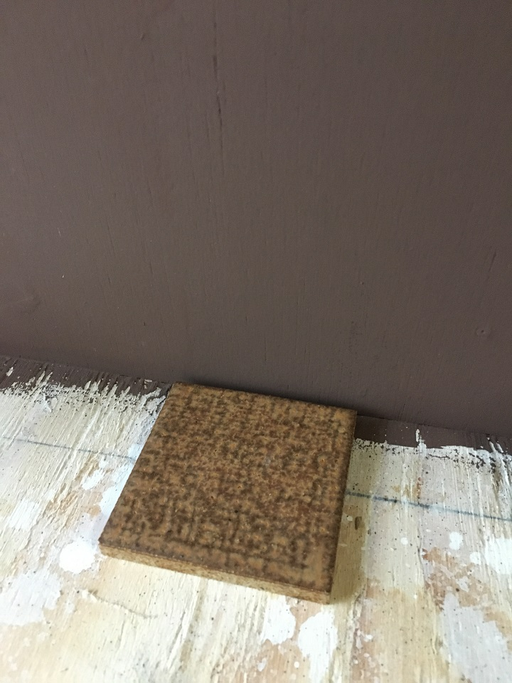 珪藻土塗料の壁の前に置いた古窯70角タイル