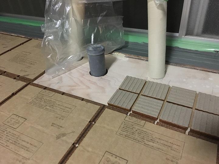 古窯70角タイルを配管まわりの床に仮置き