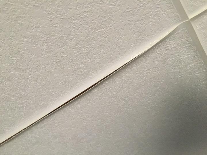 壁紙の端の剥がれ