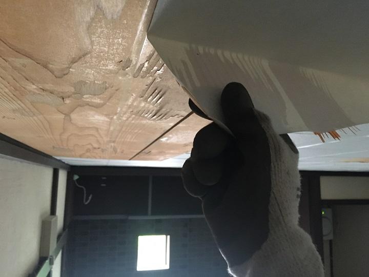天井の壁紙を剥がす