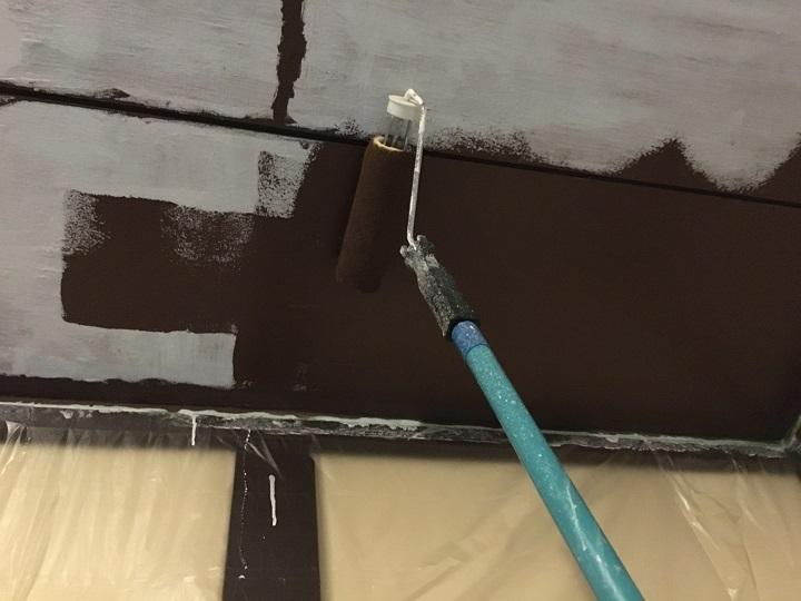 天井を塗装している様子