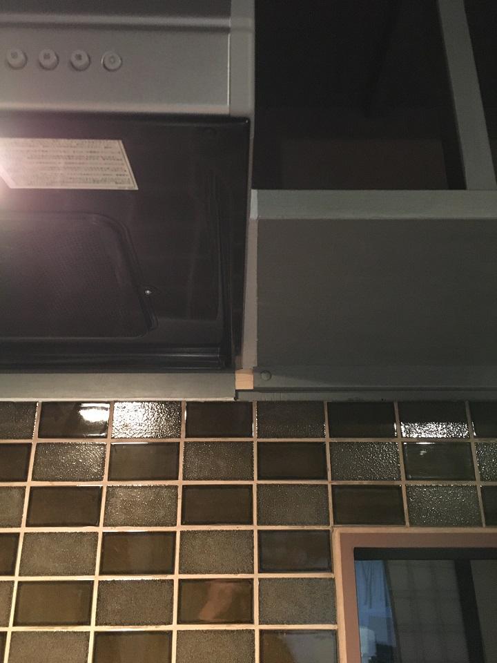 レンジフード横の収納棚