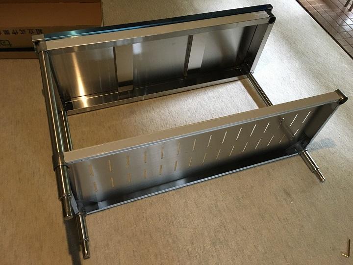 組み立て途中の業務用キッチン