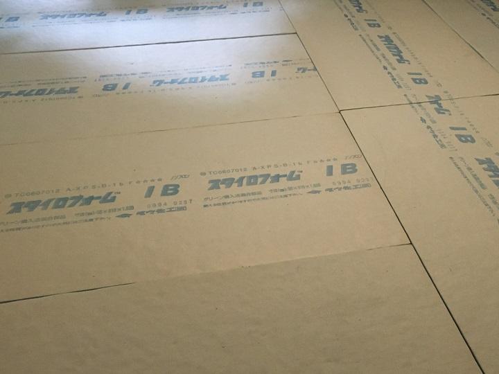 断熱材を敷き直した後の床