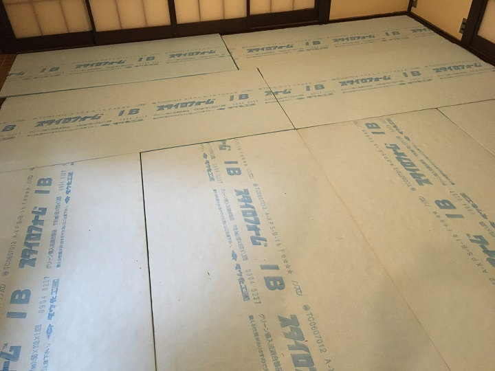 断熱材をただ敷き詰めただけの床