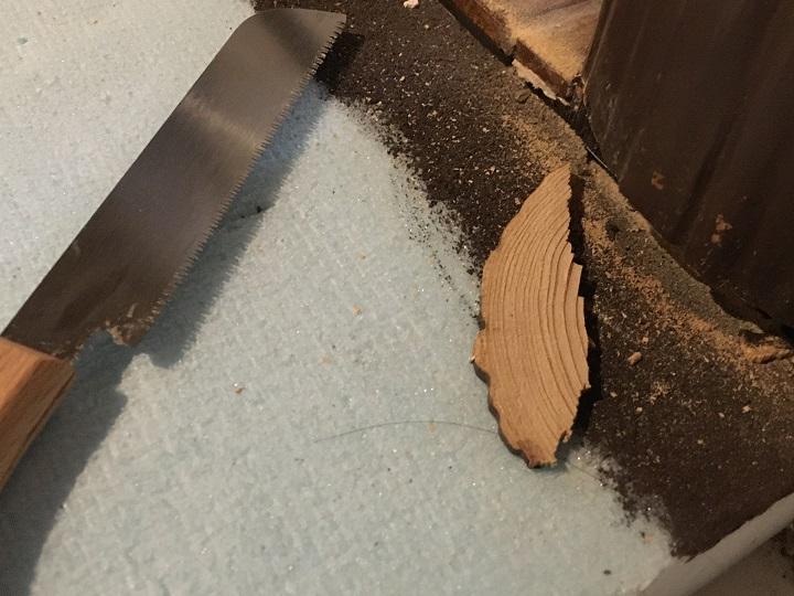 柱の一部をのこぎりで切った