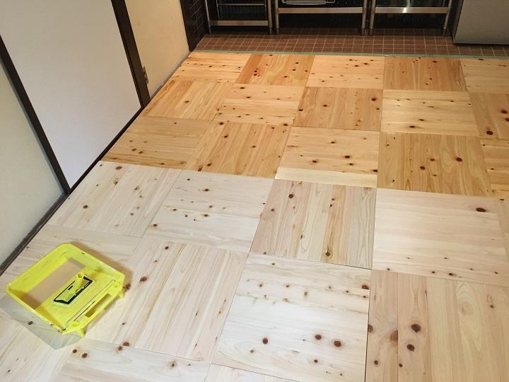 オスモカラー塗装中の床