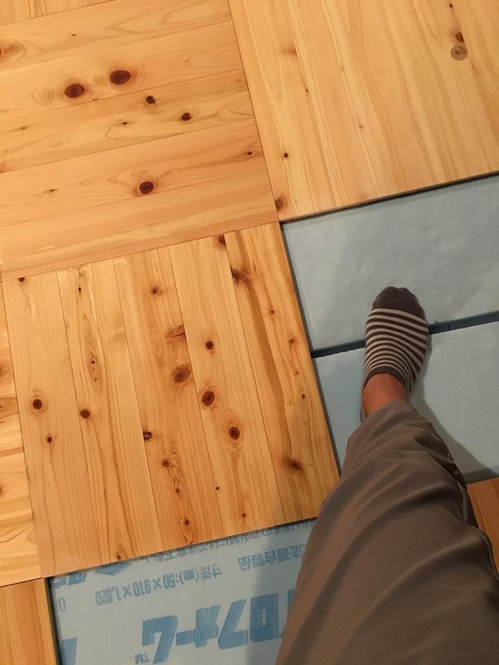 塗装中の足下