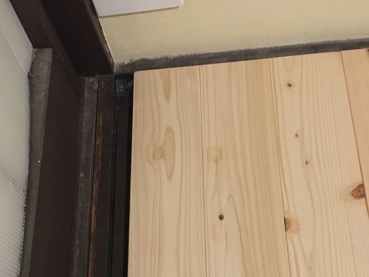 床の端のスキマ