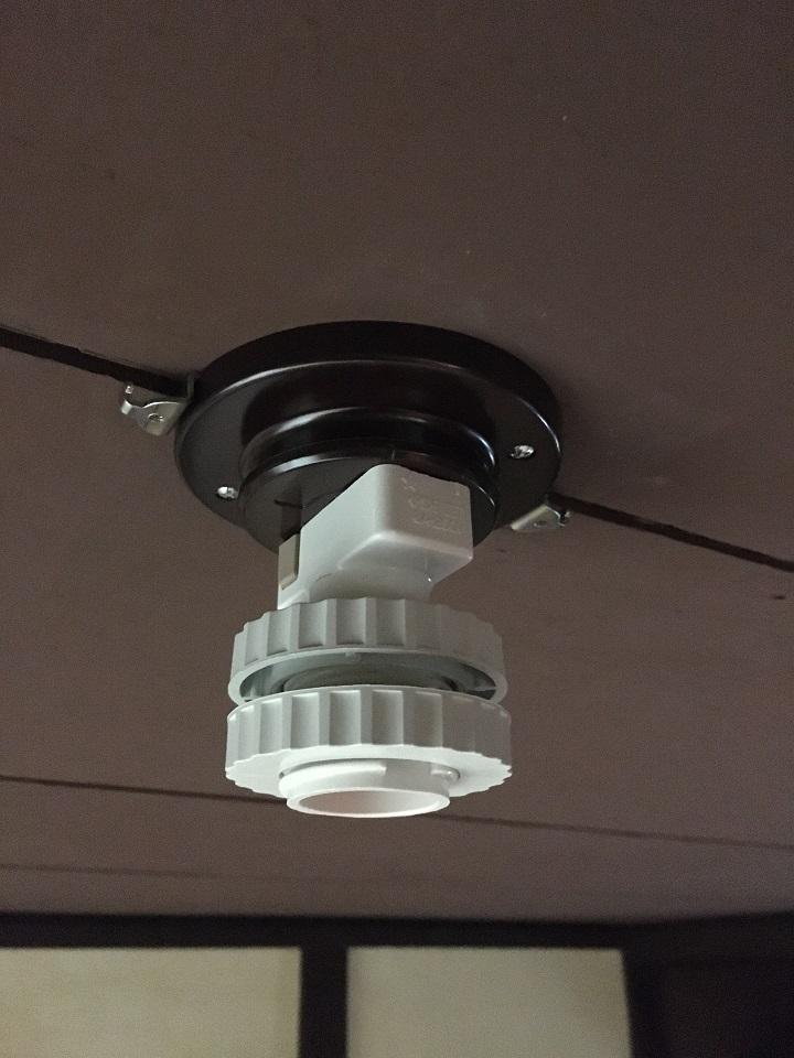 天井に引掛ランプソケットを設置