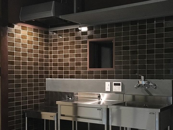 山小屋のキッチンのタイル壁