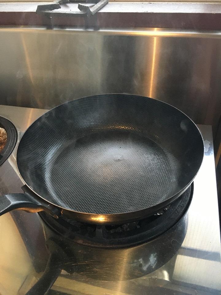 熱した鉄のフライパン