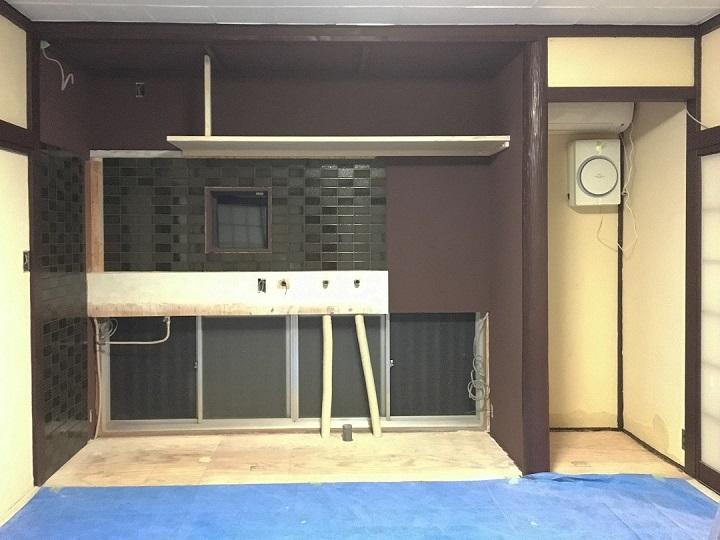 珪藻土塗料と壁タイルの施工が済んだキッチン