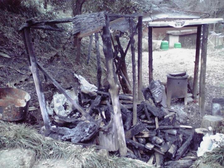 焼けた薪小屋