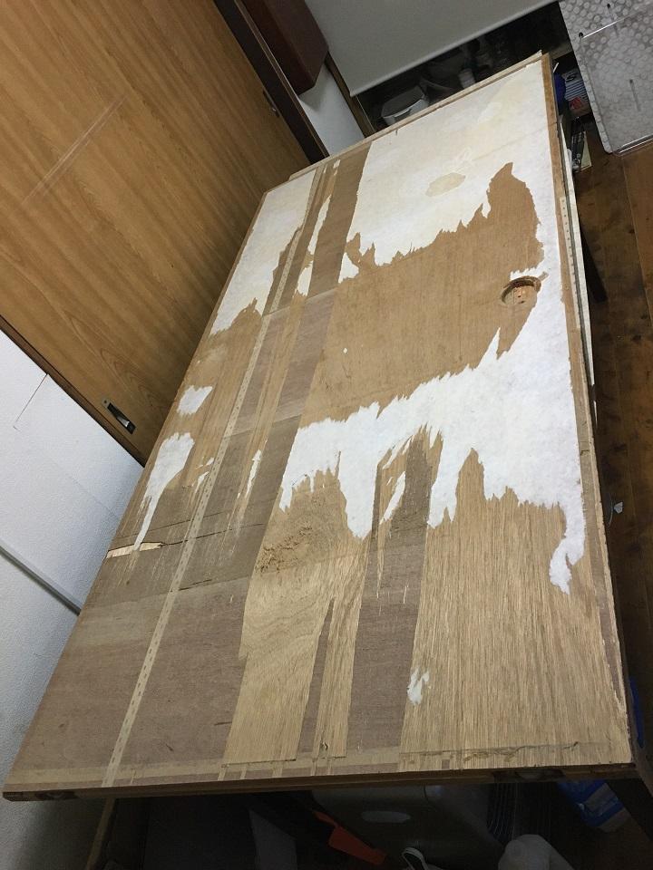 壁紙を剥がした引戸