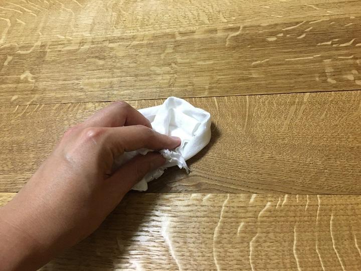 布でワトコオイルをふき取る