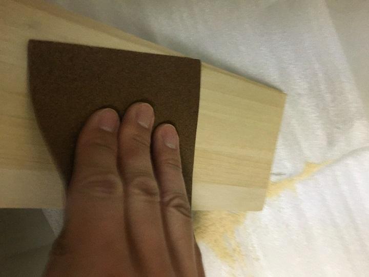 木材にやすりがけ