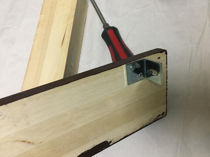 木材にL字の金具を設置