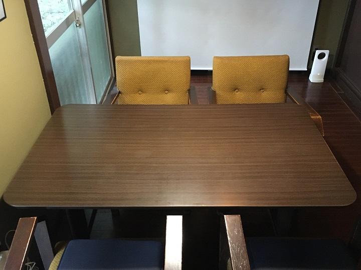 木目シートのテーブル