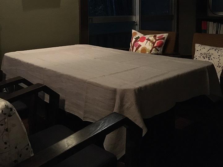 「Pint」のテーブルクロスをかけたテーブル