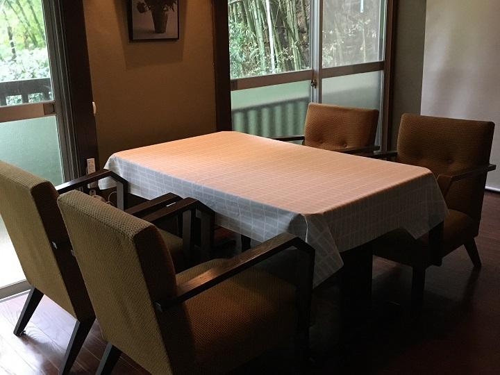 テーブルクロスをかけた食卓
