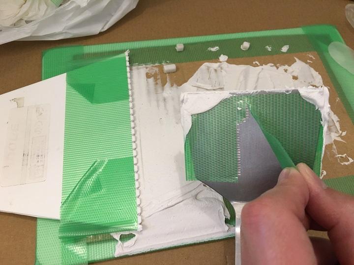道具に貼った養生テープを剥がす